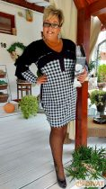 Fashion by NONO - Anett mellnél, vállnál és karnál fodros fekete-fehér kockás ruci
